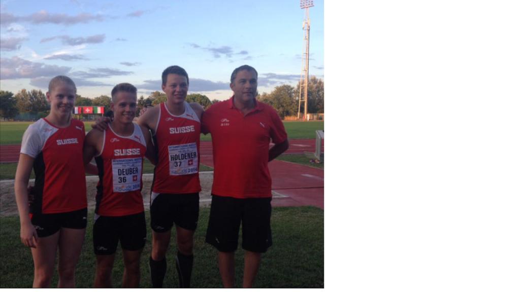 Die Athleten vom MKTOM im Schweizer Dress: Carla Inderbitzin, Jan Deuber, Raphael Holdener und Trainer Markus Bucher